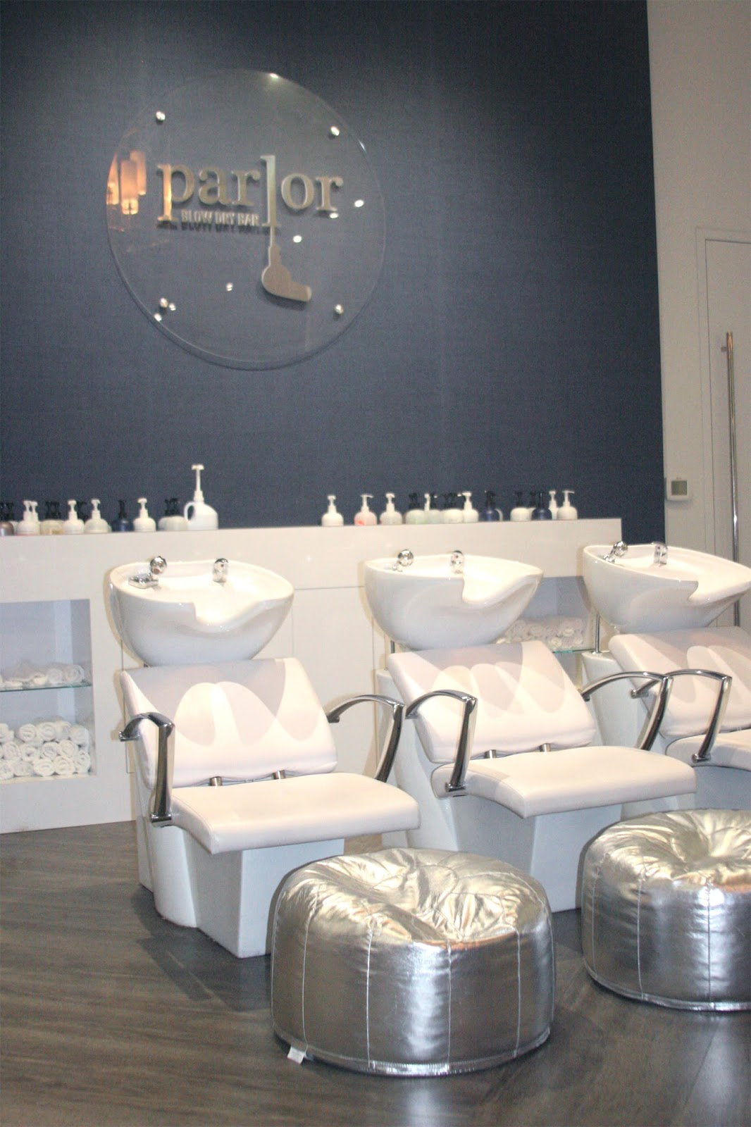 Chic-salon-decor-with-metallic-silver-moroccan-ottomans