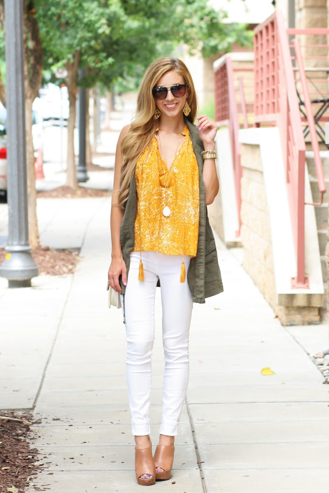 Fall-layers-street-style-cute-cargo-vest-with-white-jeans